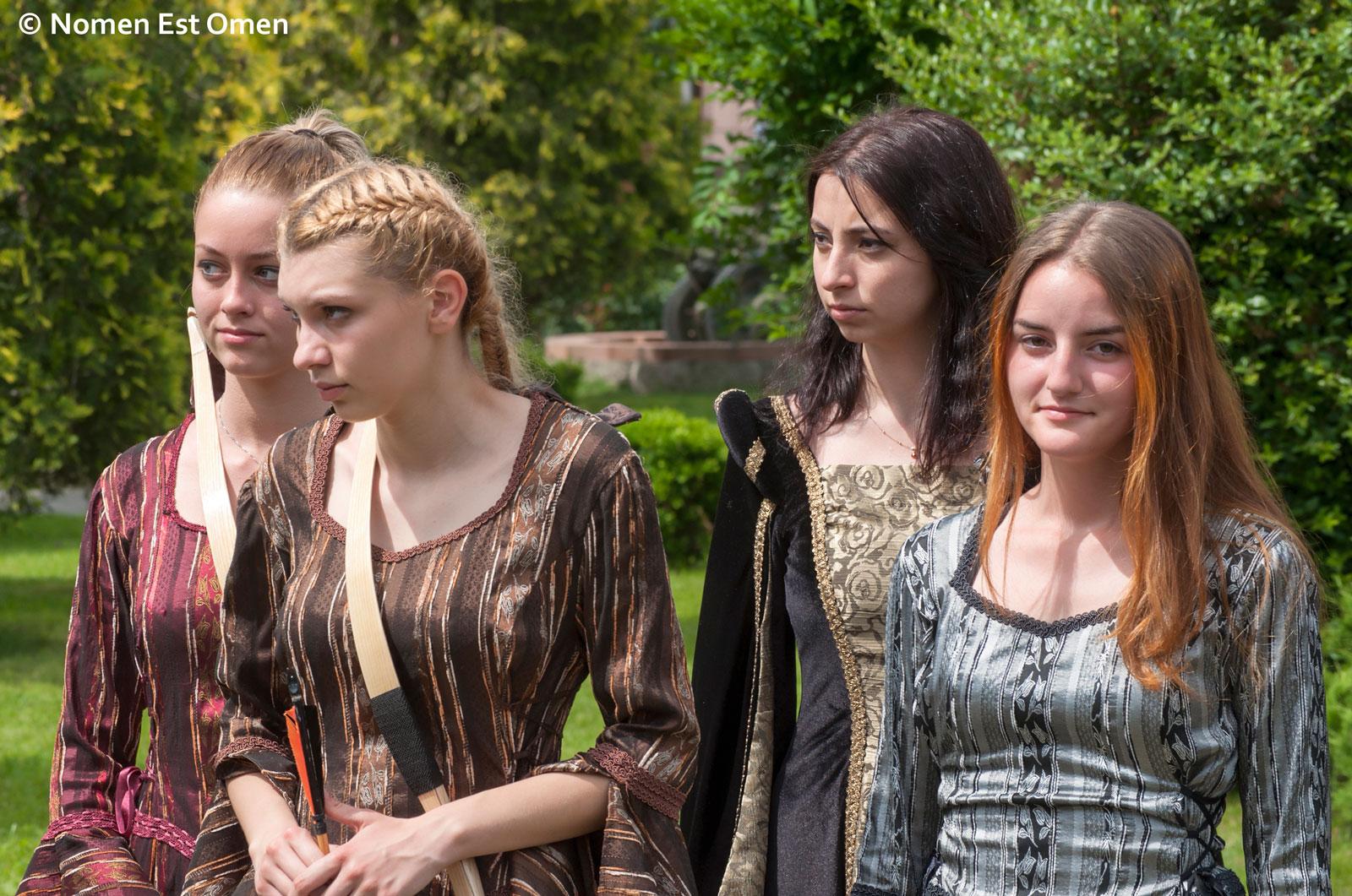 fete dintr-un grup de reconstituiri istorice