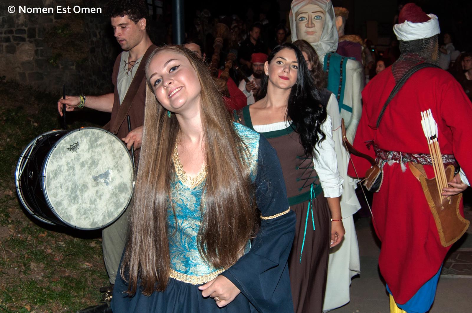 fata frumoasa in costum medieval